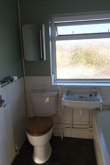 Bathroom in Riverview Park (before) | Quality Plumbing